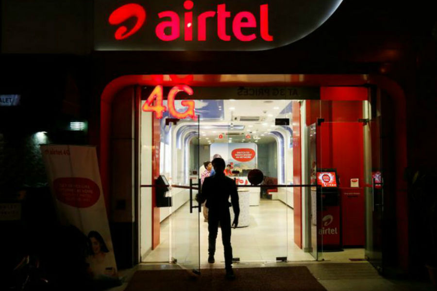 airtel offers rs 10 free talktime and extended validity till 17 april of users corona lockdown jio vodafone idea bsnl benefits